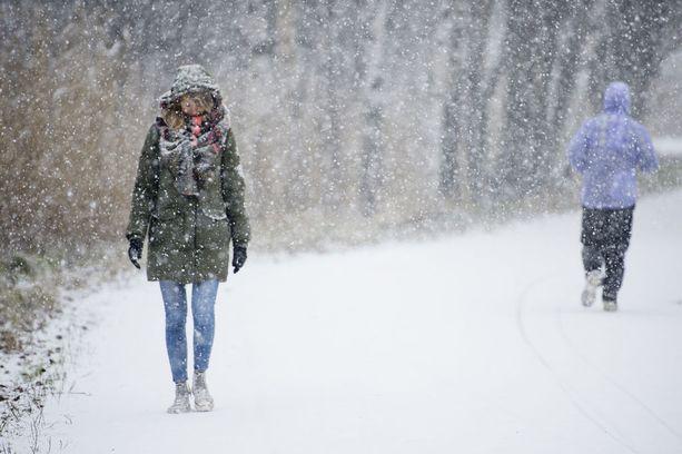 Paukkupakkaset vaihtuvat lumisateisiin.