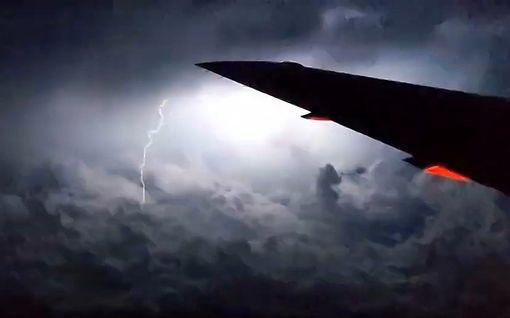 Näky, kuin lentopelkoisen painajaisesta: matkustaja kuvasi, kun kone lensi rajuun ukkospilveen USA:ssa