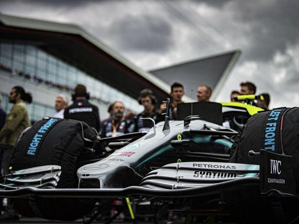 Nykyisten F1-autojen aerodynamiikka perustuu suuriin ja monimutkaisiin siipiin sekä erilaisiin ilmanohjaimiin.