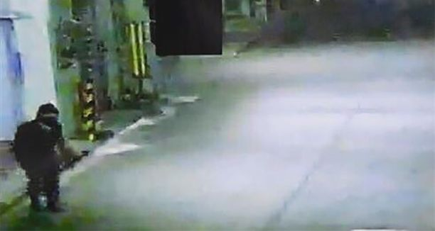 Heisein ninja kykeni tarkkailuun osallistuneen poliisin mukaan ahtautumaan läpi 15 senttiä leveästä aukosta.