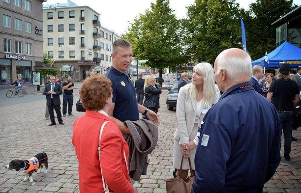 Kansanedustajat Tom Packalén ja Laura Huhtasaari keskustelutuokiossa kotkalaisten kanssa.