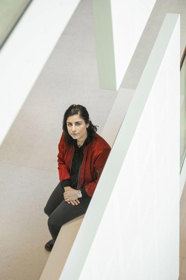 Seida Sohrabin mielestä maahanmuuttajanaisia jätetään Suomessa suorastaan heitteille, kun heidät unohdetaan kodin seinien sisään.