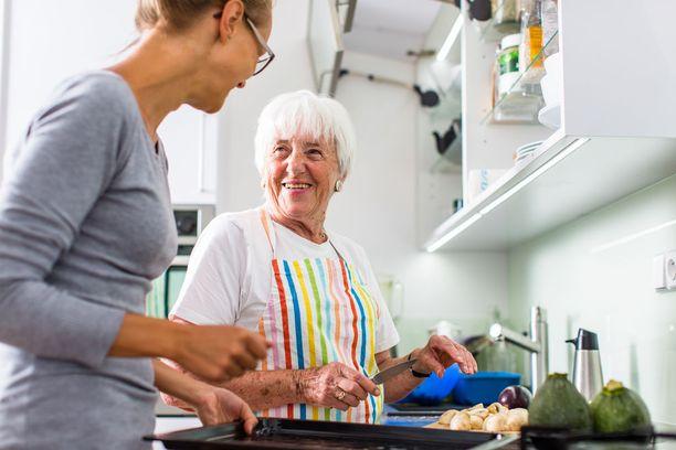 Omainen voi tukea ikääntynyttä läheistä syömään monipuolisesti ja terveellisesti.