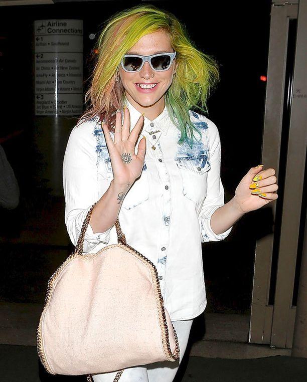 Pastellien välissä Kesha nähtiin myös neonvärisessä kampauksessa.