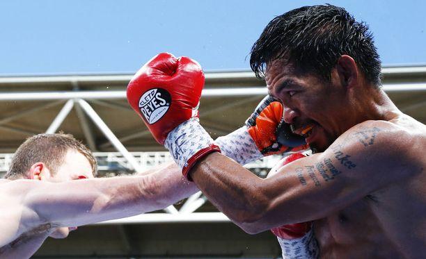 Manny Pacquiao (oik.) hävisi WBO-liiton MM-tittelin.