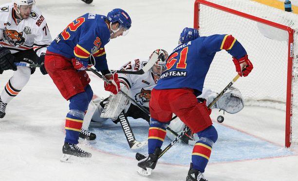 Amur-vahti Juha Metsola loisti kiekkosateessa, vaikka Mika Niemi ja Tommi Huhtala saivatkin maalin mieheen.
