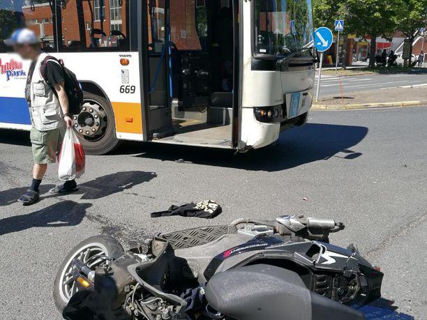 Skootteri oli lentänyt törmäyksen voimasta muutaman metrin päähän bussista.