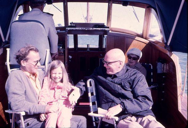 Taneli, Tea, Urho ja Sylvi Kekkonen veneilemässä kesällä 1969. Vene tuhoutui 1972 Kultarannan venevajan tulipalossa.