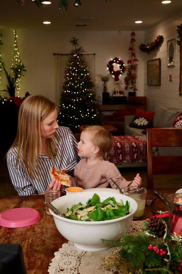 Suvi Riggs ja tyttärensä maistelevat illan ohjelmassa pitsaa.
