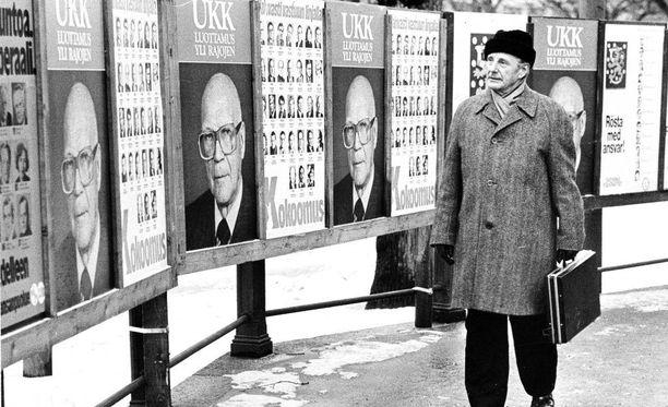 Helsingin keskusvaalilautakunnan puheenjohtaja Seppo Horsti tutustuu vuoden 1978 presidentinvaalien mainontaan.