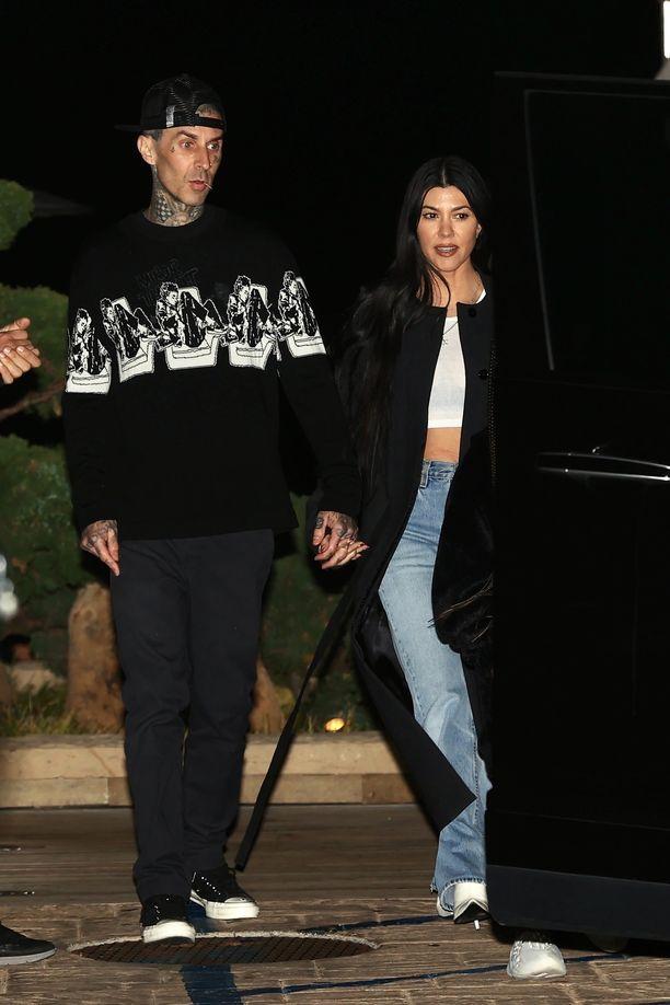 Kourtney Kardashian ja Travis Barker eivät ujostele parisuhteessaan. Kuva: AOP