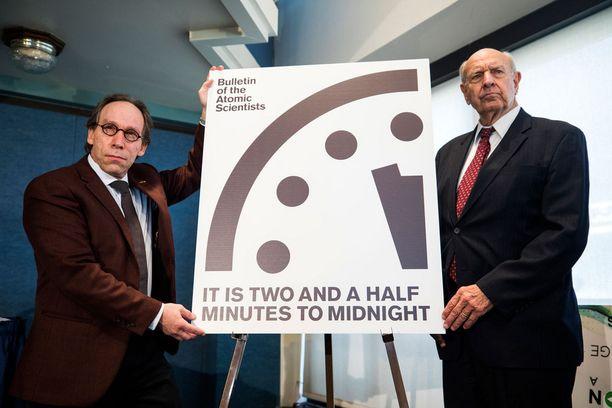 Fyysikko Lawrence Krauss (vas.) ja Yhdysvaltain entinen YK-suurlähettiläs Thomas Pickering ilmoittivat kellon siirrosta torstaina Washingtonissa.