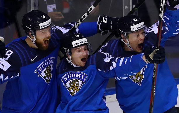 Jani Hakanpää (vas.), Sakari Manninen ja Harri Pesonen riemuitsevat sydämensä kyllyydestä, kun Mannisen tarkka laukaus on ratkaissut pelin.