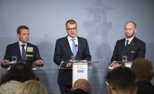 Hallitus ilmoitti keskiviikkona, että sote-uudistus viivästyy ja maakuntavaaleja siirretään. Pääministeri Juha Sipilä (kesk) ja valtiovarainministeri Petteri Orpo (kok) ovat tiukan paikan edessä.