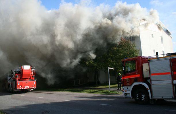 Kerrostalon katto paloi Liedossa lauantaina. Onnettomuudesta selvittiin ilman henkilövahinkoja.