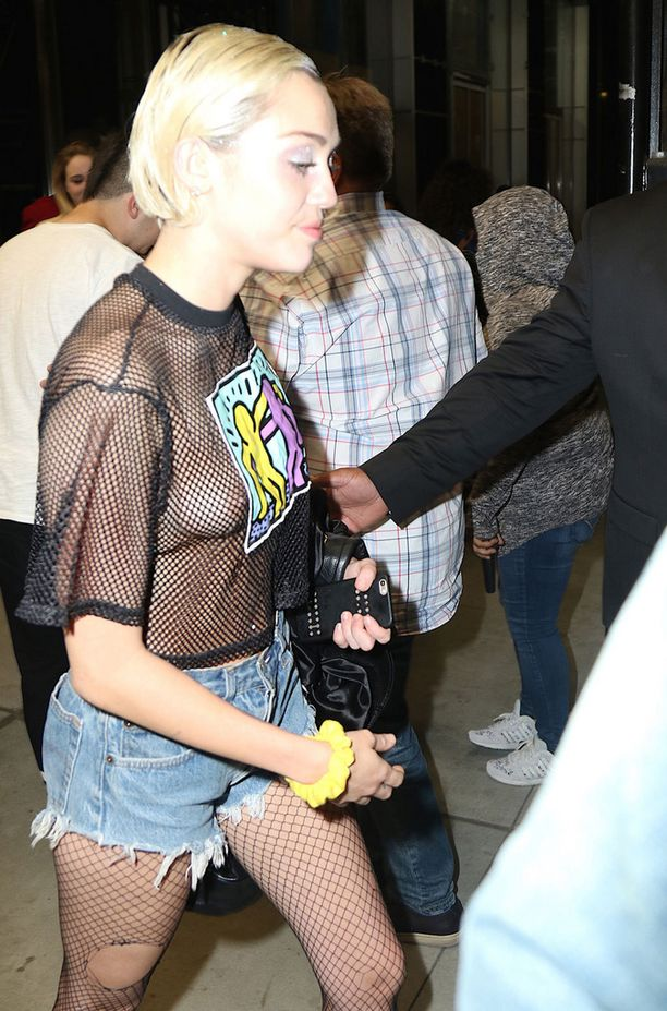 Epäonnea vai harkittu vilautus? Miley Cyruksen verkkopaita sopii toki hyvin hänen verkkosukkahousuihinsa...