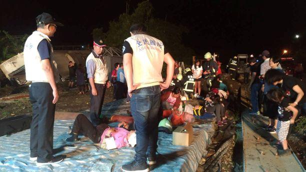 Pelastusviranomaiset hoitivat loukkaantuneita turmapaikalla.