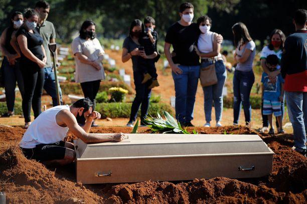 Perhe hyvästeli sukulaisensa Sao Paulossa keskiviikkona.