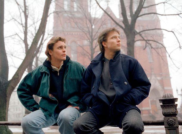 Teemu ja Janne li Ville Keskilä ja Misa Nirhamo Johanneksen kirkon edessä Helsingissä vuonna 1995.