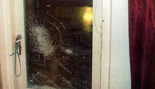 Kutsumaton yövieras hajotti neljän ikkunan lasit.