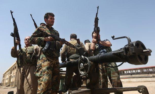 """Isis-järjestöä vastaan taistelevia kurdien peshmerga-sissejä Irakissa. Kuvassa on myös raskas sinko, joka näyttää hämmentävän paljon suomalaiselta """"Mustilta"""". Mustin kuva on jutun lopussa."""