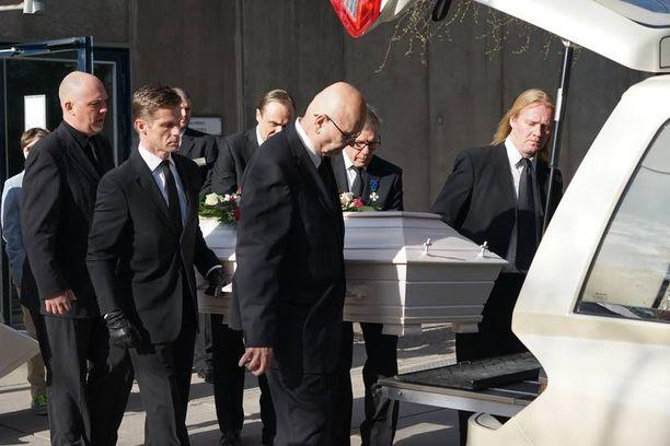 Pia Viheriävaaran lähiomaiset saattelivat rakkaansa viimeiselle matkalleen.