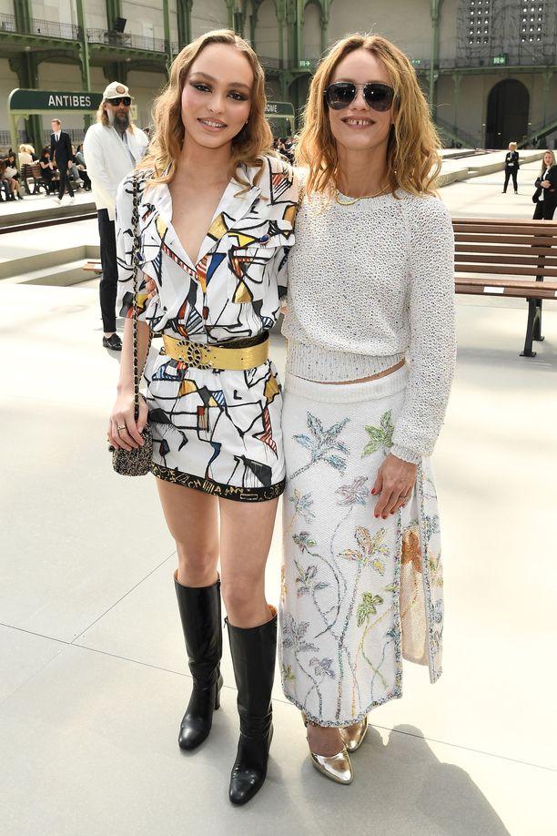 Pariisi on sekä äidille että tyttärelle rakas paikka. Kuvassa vasemmalla Lily-Rose Depp, 20.
