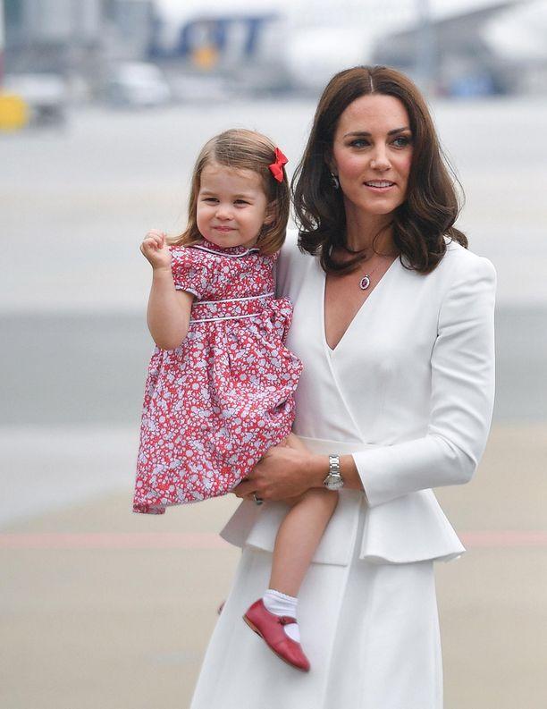 Pikku Charlotte on läheinen äitinsä herttuatar Catherinen kanssa.