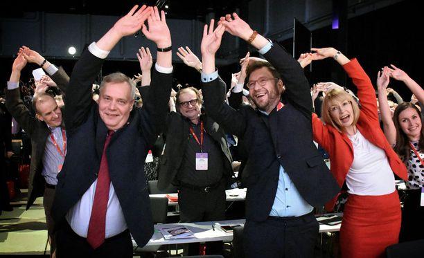 Pj-kandidaatit osallistuivat taukojumppatuokioon vaihtelevalla innolla.
