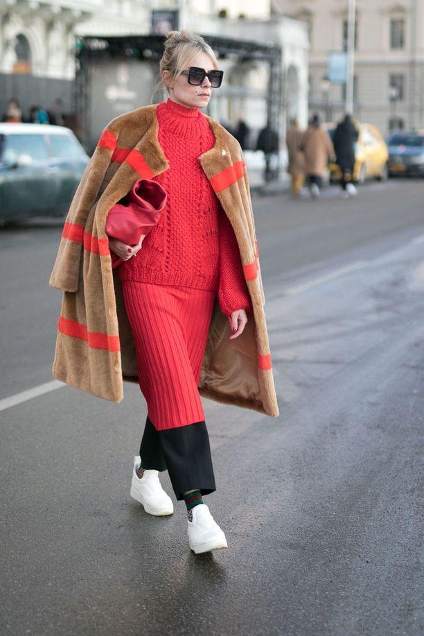 Stylisti Lina Magassa yhdisti punaiset raidat kokopunaisiin hameeseen ja neuleeseen.