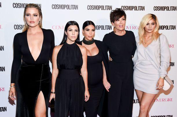 Kris Jenner (toinen oikealta) paljastaa tyttäriensä velottavat hurjia summia somekanavillaan julkaisemista tuotemainoksista.