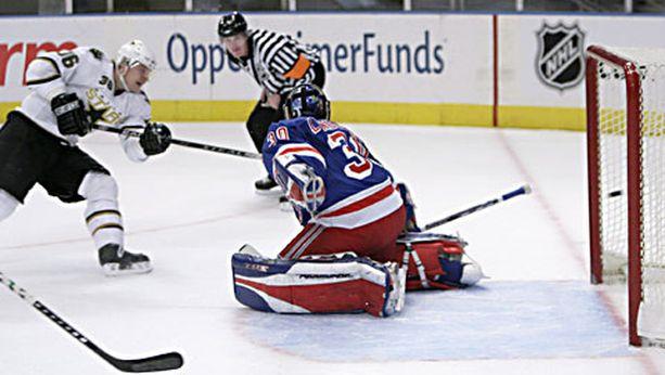 New York Rangersin Henrik Lundqvist ei ehtinyt mukaan Jussi Jokisen rannelaukaukseen.