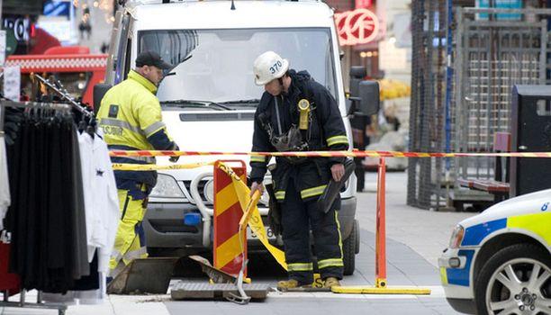 Palomies mittaa kaasupitoisuutta kauppakeskus Pubin läheisyydessä.