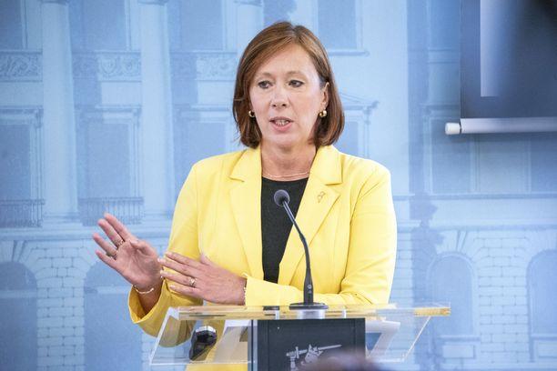 Omistajaohjausministeri Sirpa Paatero on ollut aktiivinen Veikkauksen ja Postin asioissa.