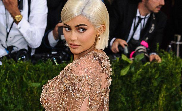 Kylie Jenner piti odotuksensa salassa. Viihdesivustoilla spekuloitiin Jennerin raskaudesta läpi koko raskausajan.