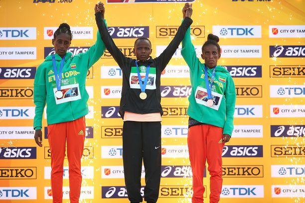 Etiopian Girmawit Gebrzihairin (oik.) juoksi 5 000 metrillä MM-pronssia Tampereella heinäkuussa. Kultaa voitti Kenian 18-vuotias Beatrice Chebet. Hopeaa saavutti Etiopian Ejgayehu Tayen.