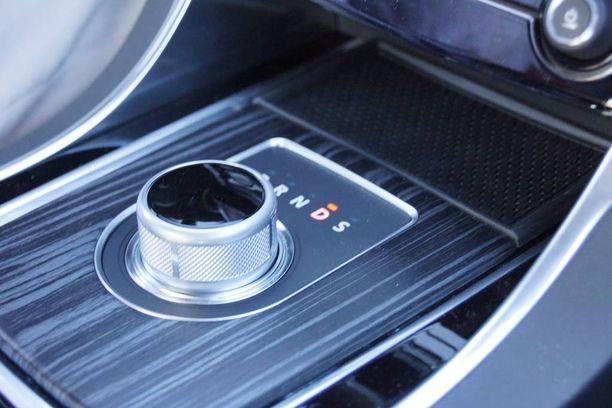 Automaattivaihteisessa XE:ssä on Rovereista tuttu pyöräsäädin vaihdekepin sijasta.
