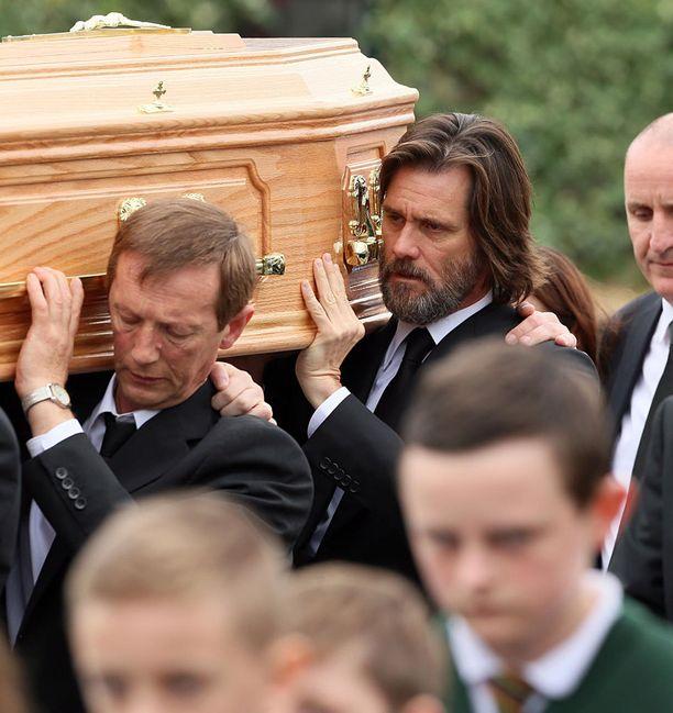 Näyttelijä Jim Carrey kantoi ex-tyttöystävänsä arkkua.
