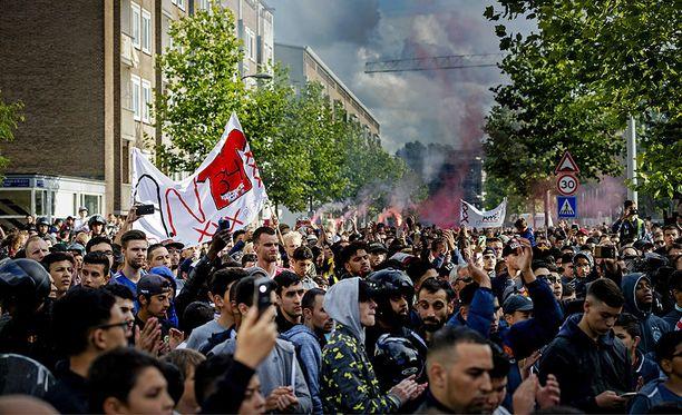 Tuhannet Ajax-kannattajat tulivat osoittamaan tukensa Nourin perheelle.