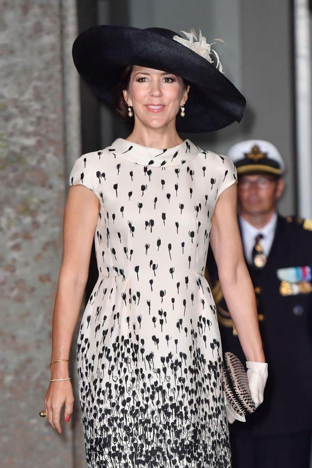 Tanskan prinsessa Mary luotti ristiäistyylissään mustaan ja valkoiseen.