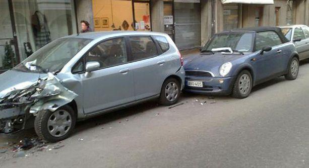 Paikalta paennut kuljettaja aiheutti kolmelle autolle peltivaurioita.