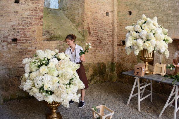 Luostari oli koristeltu hulppeilla kukka-asetelmilla.