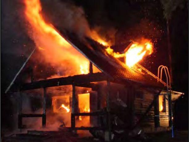 Kesämökistä asuinkäyttöön muutettu rakennus paloi VPK:n saapuessa voimakkaalla liekillä.