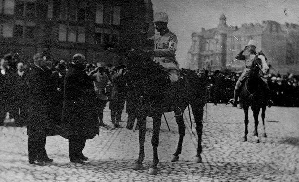 Carl Gustaf Mannerheim ratsasti Helsingissä voittajana sisällissodan jälkeen.