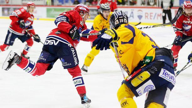 Miro Heiskanen sivaltaa HIFK:n 2-1-johtoon Lukon pelaajien seuratessa tilannetta voimattomina.