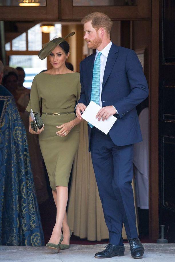 Herttuatar Meghan ja prinssi Harry edustavat tyylikkäinä prinssi Louisin ristiäisissä.