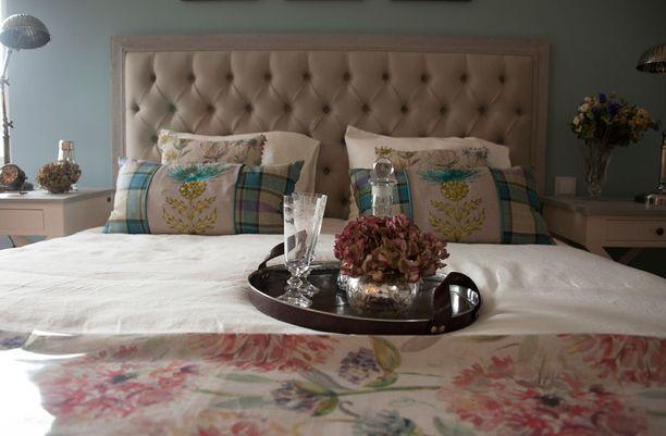 Casa del Limonin makuuhuone on ruusuisen romanttinen. Turkoosit seinät pitävät kokonaisuuden kuitenkin raikkaana.