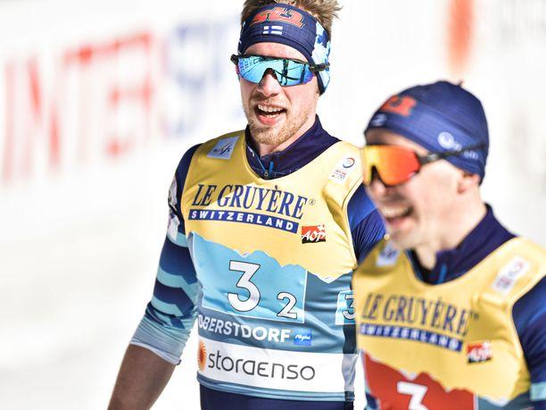 Joni Mäki (vas.) kyykytti Venäjän kiritykkiä parisprintin finaalissa. Ristomatti Hakolaa (oik.) hymyilytti MM-hopean varmistuttua.