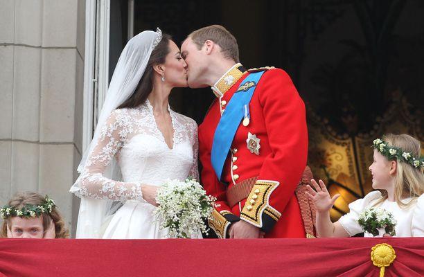 Kate ja William suutelivat toisiaan Buckinghamin palatsin parvekkeella.