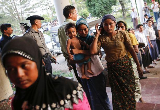 Rohingya-naiset ovat kertoneet joukkoraiskauksista.
